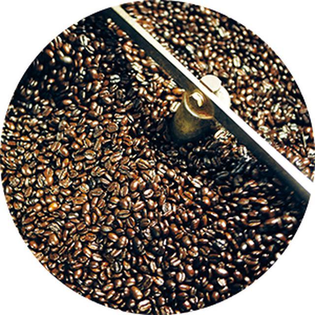 画像: 淡い色の生豆が、焙煎後にはツヤツヤの濃茶に。常時100kgぐらいの豆のストックがあるが、長時間、置いておくとしけるので、2週間ほどで焙煎しきるそう