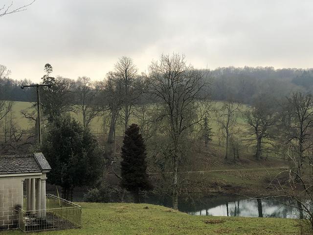 画像: コーンブリー邸宅の庭の池