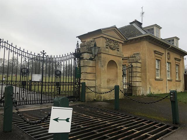 画像: コーンブリー邸宅の裏門