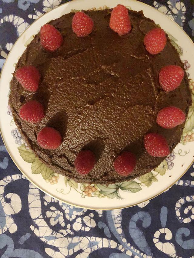画像: ラズベリーをあしらった、我が家の定番のチョコレートケーキ