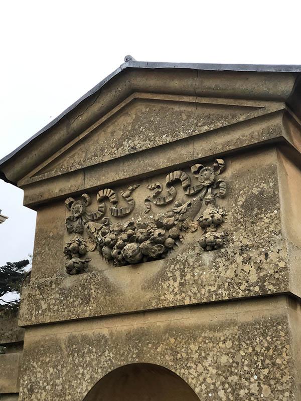 画像: 元王室の建物ということで、裏門にも立派な装飾で飾られている