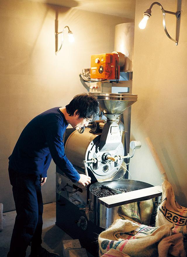 """画像: 娘が気に入っていたベビーチェアが、アルヴァ・アアルトのデザインだったことから、焙煎機にも """"アアルト君"""" と名づけた庄野さん。長年のつきあいから、いまでは豆が弾ける音で焙煎具合を判断できるそう"""