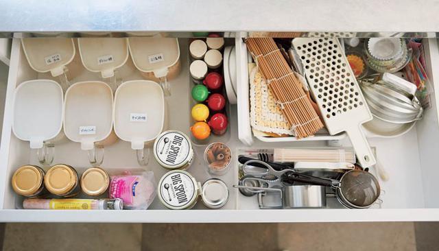 画像: Check 1 コンロ前で調理に使う調味料が、離れた場所にしまわれている