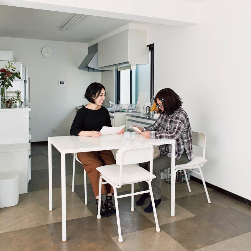 画像: 藤吉さん(左)の話をじっくり聞きながら、適切な収納法を探っていく内山さん(右)。間取りや家族構成、好きなインテリア誌など、質問は多岐にわたる