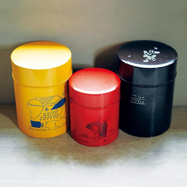画像: コーヒーは湿気を嫌うため、保存用につくったオリジナル缶。右から、佐々木美穂さん、平澤まりこさん、福田利之さんのイラスト。現在、お店で販売しているのは、右端の茶色のコーヒー缶