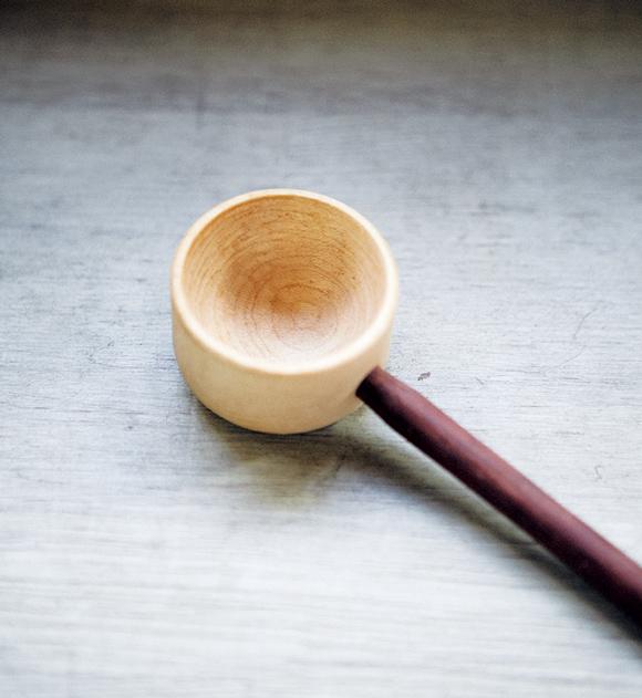 画像: 徳島で活動している木工作家の安藤さん作。カップ部分がメープル、柄の部分がウォールナットと、異なる素材の組み合わせが楽しい。1杯すくうと約8gなので、3杯で、ちょうどふたり分の豆を量れる