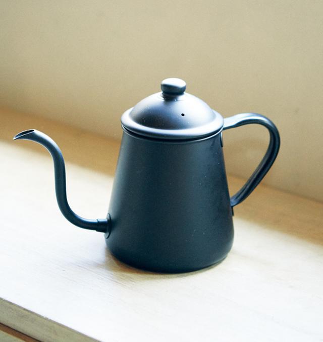 画像: 「道具のなかでも、ポットは、いいものにこだわって」と庄野さん。細くゆっくりお湯を注げるこのポットの品質は秀逸。マットな黒は、神奈川・鎌倉の「カフェ・ヴィヴモン・ディモンシュ」のオリジナル色