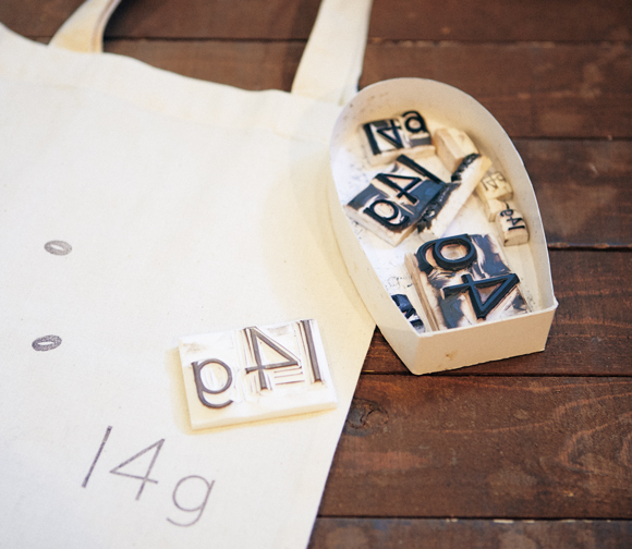 画像: ロゴスタンプをつくってくれたのは、作家の「cachet blanc」。店では、スタンプのワークショップも開催