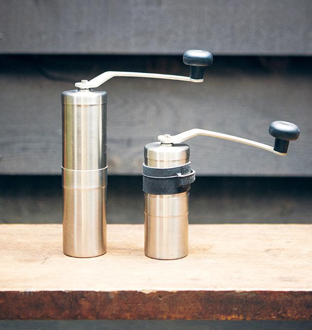 画像: ふだんは電動ミルを使うことが多いけれども、これはコンパクトだからアウトドアで使えるのと、分解して丸洗いできるのがいい。右のミニタイプは、ゴムの滑り止めが付いていてハンドルを回すとき便利