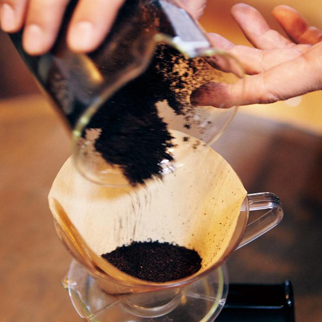 画像: 好みの粗さで挽いた豆を移す