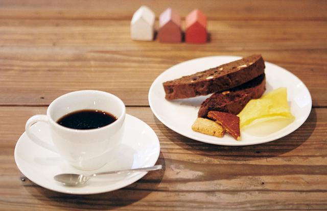 画像: コーヒーと焼き菓子も好相性。チョコレート味のビスコッティは、香ばしくて軽やかな味わい。テイクアウトもできるが、店でいただくとポテトチップスとクッキーがつくのがうれしい