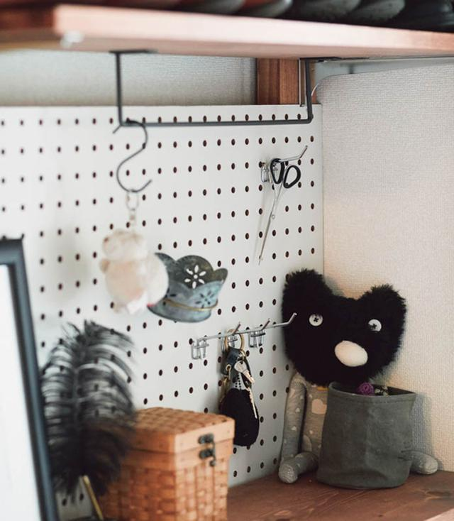 画像: Idea 6 玄関の有孔ボードには、鍵やはさみをひっかけて