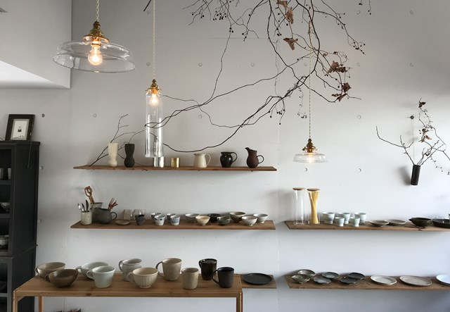 画像: 2015年2月にオープン。美しいガラスの照明器具は、開店当初からおつきあいのある、ガラス作家、蠣﨑マコトさんによるもの