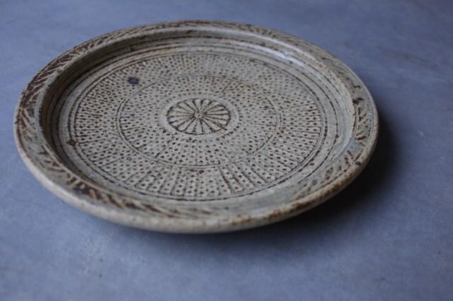 画像: 緻密な印が魅力的な「灰粉引三島細リム皿」。色はベージュですが、灰釉により光の加減で青みがかっても見える美しい皿