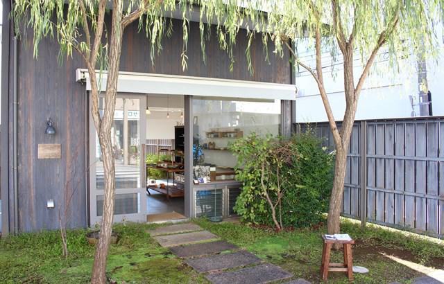 画像: 店先にある柳が風情たっぷり。「家を建てたときに、設計士さんが『柳がいいよね』とまるで決定事項のように仰って、柳になりました(笑)」と西島さん