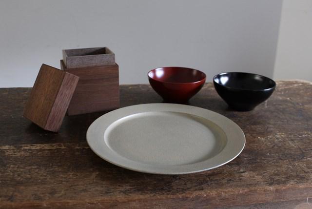 画像: 手前が「白漆リム皿」、右奥が「飯椀」。左奥は「コーヒーキャニスター」で、木の種類は外側がブラックウォールナット、内側が栗
