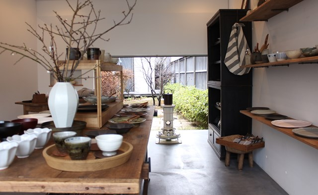 画像: 店の裏には中庭があり、季節の移り変わりを感じながら、ゆったりと過ごせます