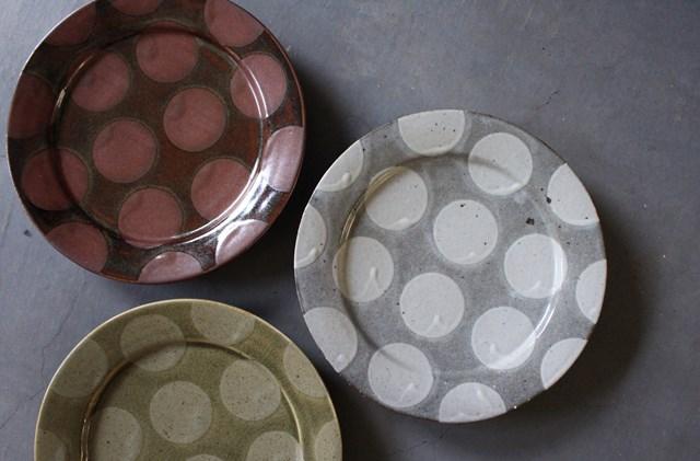 画像: 二色の釉薬を掛け分けてつくる「掛分け釉リム皿」。大らかな丸の模様がなんとも愛らしい