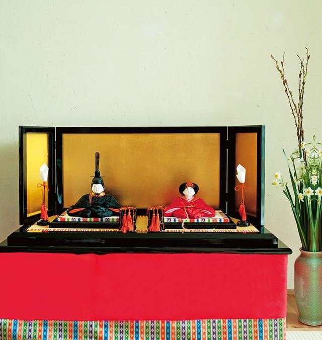 画像: 新しい家に引っ越して1年少し。自宅1階にある和室が、おひな様を飾る場所。娘の朝音ちゃんが何度もおひな様を見に階段を下りていくのだそう