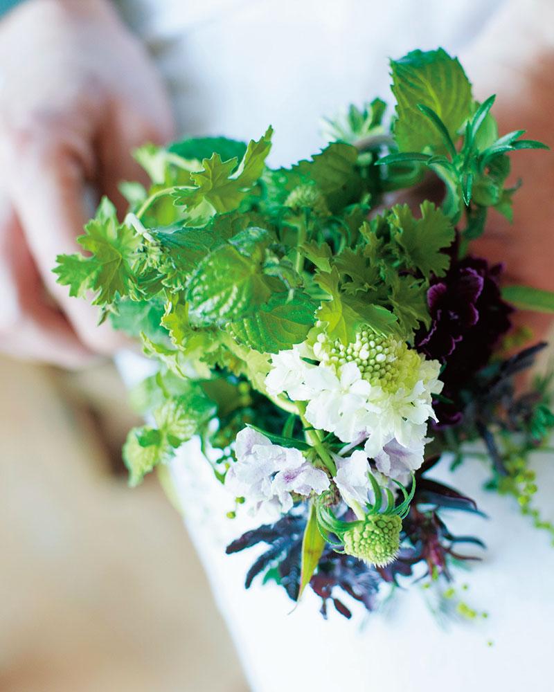 画像: セージやミントなど、春先に咲きはじめたハーブと花で小さなブーケを