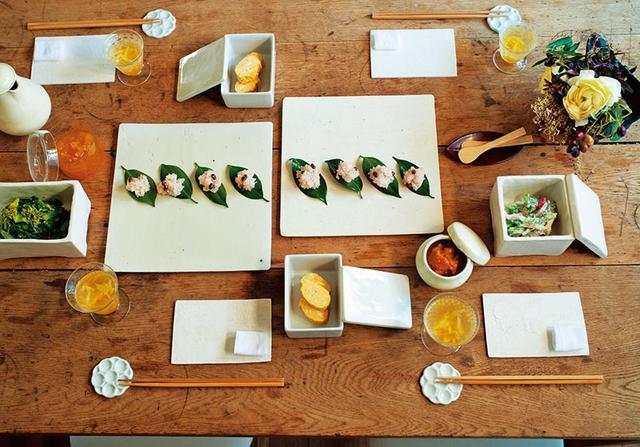 画像: 公私ともに親交のある料理家・スズキエミさんが娘の芙柚(ふゆ)さんの好きなおかずを持って遊びにきてくれ、お祝いの食卓が完成