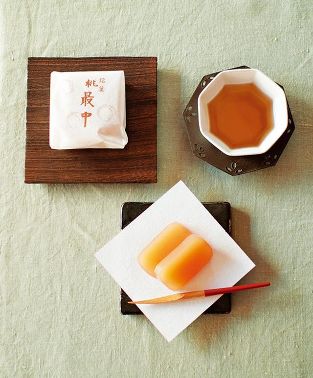 画像: 近所の和菓子屋さんで見つけた、桃最中と桃羊かん。ほんのり桃が香る。熊本県で小代瑞穂窯の二代目を務める福田るいさん作のタイルにのせて