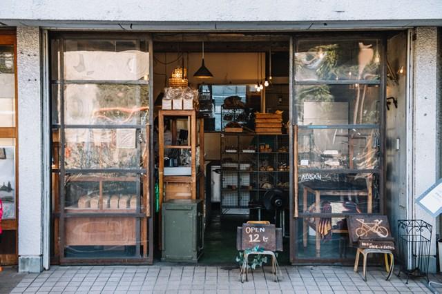画像: 店の前には公園があり、買ったパンを食べる人の姿もよく見られます