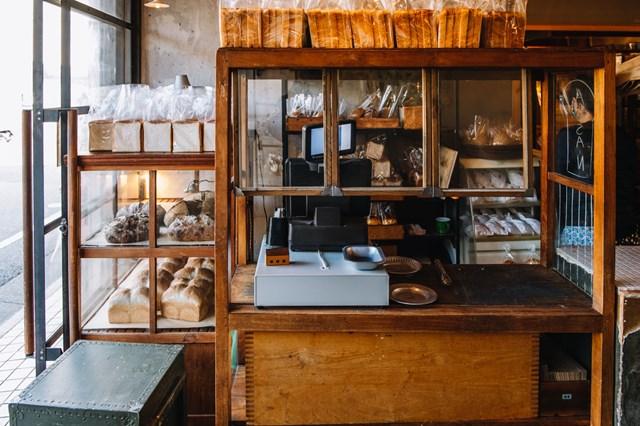 画像: アンティーク家具が並ぶ店内。手前の大きな棚は、奥田さんが食器棚として自宅で使っていたものだそう