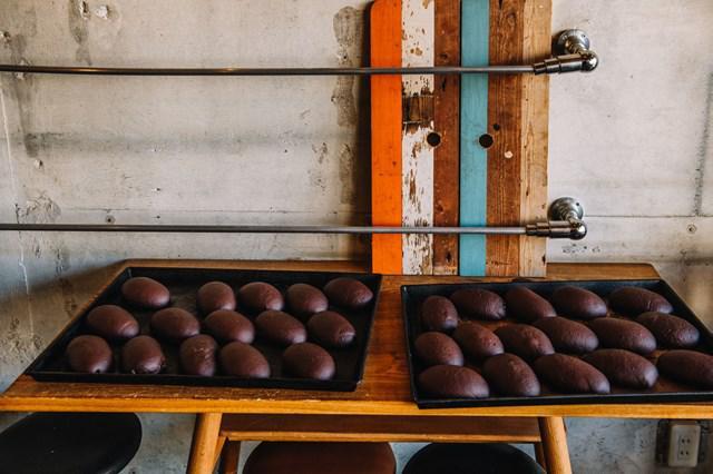 画像: 一日に出るパンは40~50種類ほど。続々訪れるお客さんのために、パンを次々に焼き上げていきます