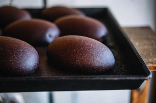 画像: 口溶けのいいやわらかなチョコレート生地に、ミルクチョコレートが詰まった「ショコラ」も人気