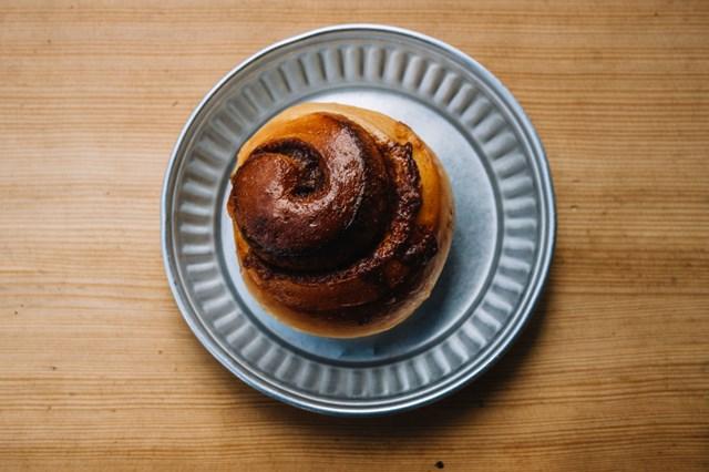 画像: 自家製シナモンシュガーを巻いて焼き上げた「シナモンロール」。ロールパンはほかに「ハムチーズロール」「マロンロール」「チェリーカスター」など