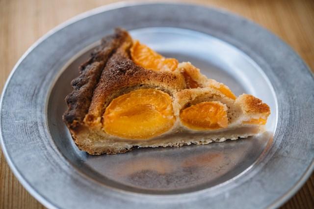 画像: 「ゴッツェ」で学んだタルトも店の定番。「アプリコットのタルト」は、生のアプリコットのキリリとした酸味と、ダマンドの甘味とコク、しっかり焼き込まれたタルトの香ばしさが三位一体に