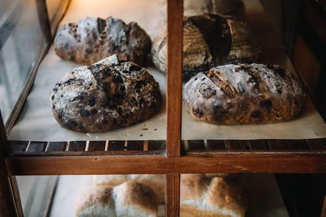 画像: 開店時に並ぶのはおもにハード系パン(菓子パンも少しあり)で、その後菓子パン類が順次追加されていきます。夕方には品薄になるので、早めに来店を
