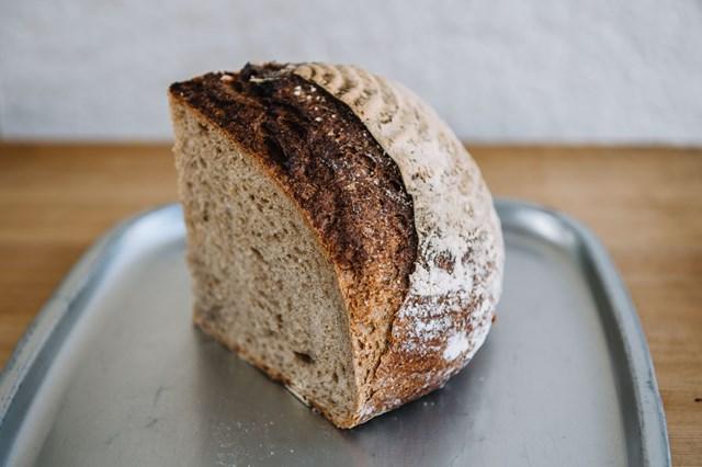 画像: ライ麦20%配合の「プレーンカンパーニュ」。バターはもちろん、メープルシロップやハチミツを塗るのもおすすめとのこと