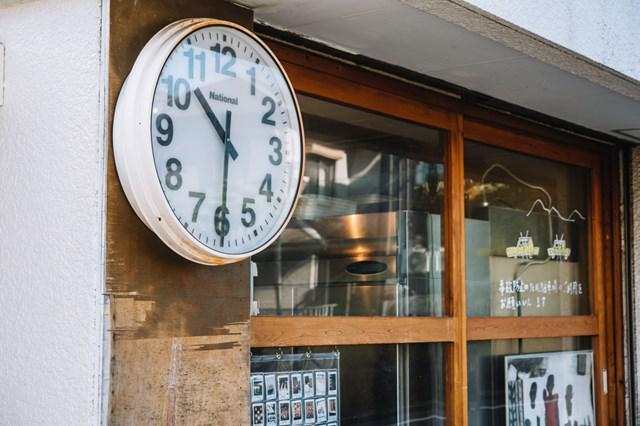画像: 店の外に掛けられた大きな時計は、シンボル的存在
