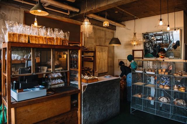 画像: アンティークの棚が並ぶ素敵な空間も、「AOSAN」の魅力のひとつ