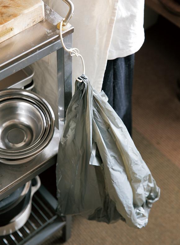 画像: 福田さんの台所には、ごみ箱がない。下ごしらえの前に、ワゴンにビニール袋を吊るしておいて、食材を切ったそばから屑を捨てている。おかげで、まな板やワゴンの上は常にきれいな状態
