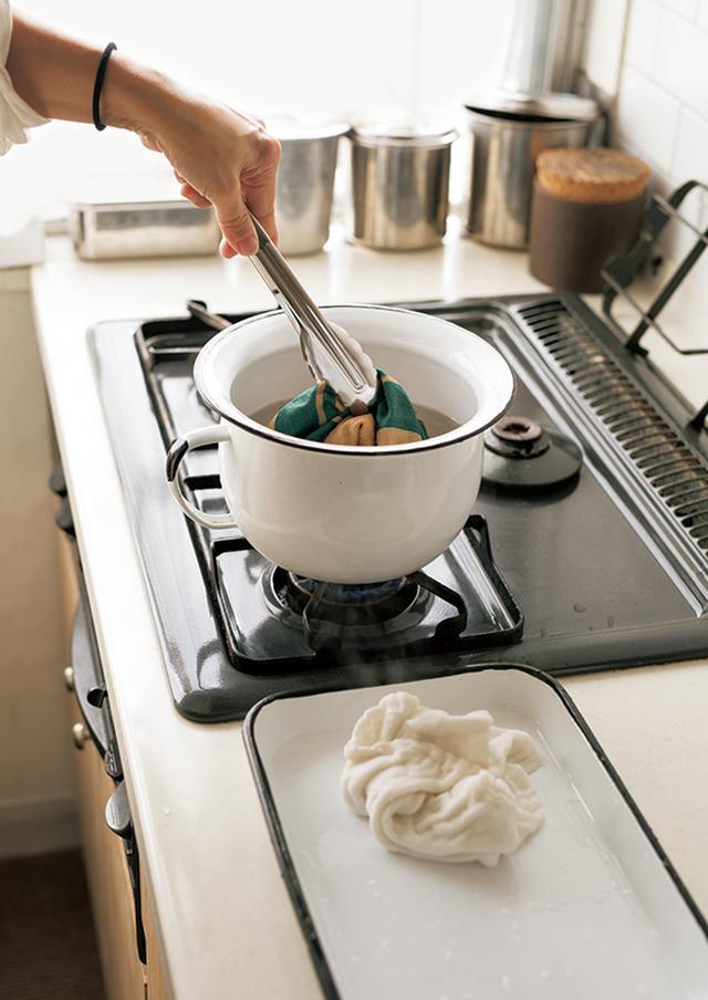 画像: その日に使ったふきんやクロスは、必ずポットで煮沸消毒するのが日課。「たった数分のことなので、面倒ではないですよ」。毎日、気持ちよくクロスを使える