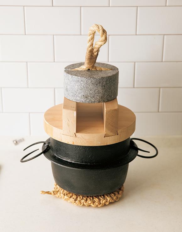 画像: 「ずっと形に憧れていて」、1年ほど前に「釜定」の羽釜を購入。水加減などを模索中。木のふたが動くので、漬物石を重しに使っている
