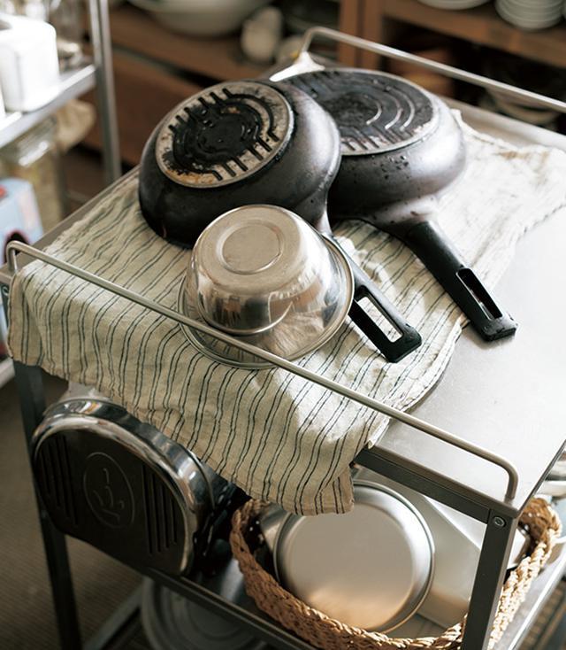 画像: 料理後、かけていたクロスを上に敷き、鍋を置いて乾かす