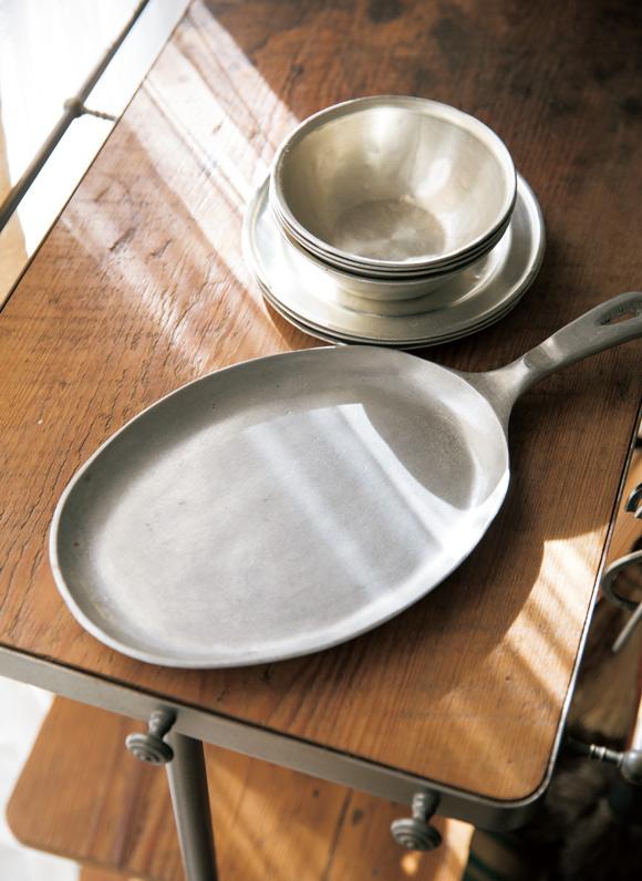 画像: 「マットな質感や、使っているうちにへこみなどが出るなどの味わいが好きです」。上は北海道・札幌の骨董屋で購入、下はポルトガル製の鍋