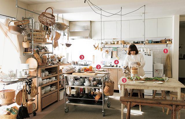 画像: 台所は開放的な空間。白いタイルと戸棚の木の扉は引っ越し後に手を加えたもの。「日々、もっと工夫できないかと考えている、実験室のような場所」と福田さん