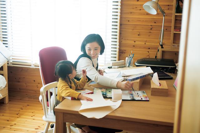 画像: 筆を動かす松本春野さんのかたわらには、2歳の娘・野乃ちゃんが。「この子が生まれてから、家族を失うつらさを、より強く想像できるようになりました」