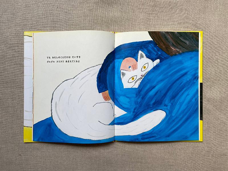 画像: 抱きかかえられるてつぞう。かわいい。自分にだけ懐く猫。たいへんだけど、かわいい。