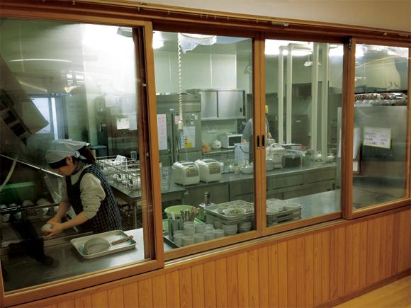 画像: 福島市渡利地区のさくら保育園では、毎日、給食の食材の線量を計測(松本さん撮影)