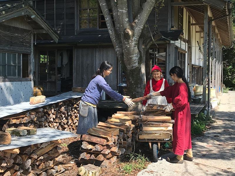 画像: ちくちく服づくりしながら、畑仕事をする、早川ユミさん。天然生活3月号にて循環する暮らしを取材しました。