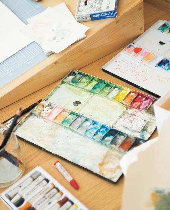 画像: 福島・猪苗代町にあるアトリエにて。絵は水彩絵の具を使って描くことが多い。「一度、イメージを固めてしまえば、描きはじめてから完成させるまでは早いですよ」