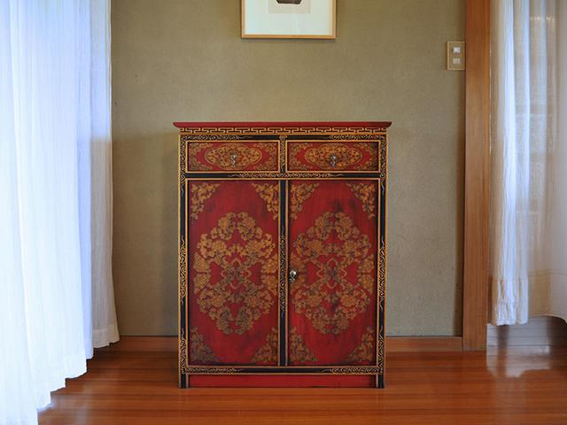 画像: チベット家具のキャビネットは使いづらい仕様も多いため、シンプルでデッドスペースのないつくりにしてもらったそう