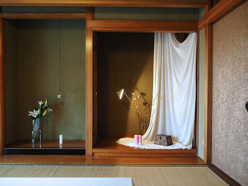 画像: 流れるような布の表情が、直線的な空間に変化をもたらしています。ライトアップした照明は、デザイナー・猿山修さんの作