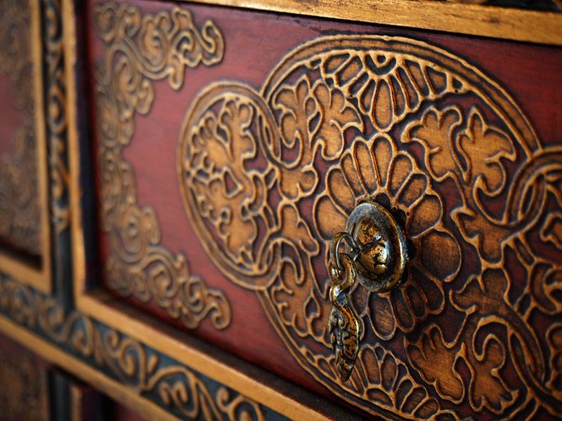 画像: チベット家具に多い宗教的なモチーフだと、日本では重く感じられるので、「花柄などの装飾的な図柄のみを用いたデザインで作ってもらいました」